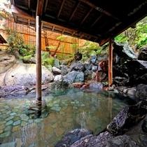 【露天風呂】  *夜の露天風呂は、昼とはまた違った趣がございます。昼・夜両方をぜひお楽しみください