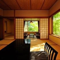 露天風呂付き客室。どことなく谷川温泉の自然を感じる露天風呂付き客室。