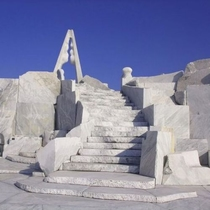 未来神の丘 白い大理石の荘厳なオブジェがフォトジェニック 提供:広島県