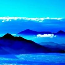 まるで白い龍!晩秋の海霧は当館からも見えます 提供::広島県