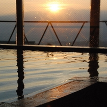大浴場から見える心洗われる絶景の朝日