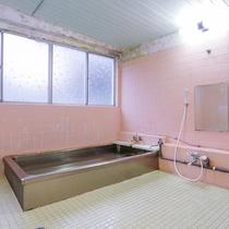 【大浴場】男女各1つずつございます。石鹸・ボディーソープ・リンスインシャンプー完備★