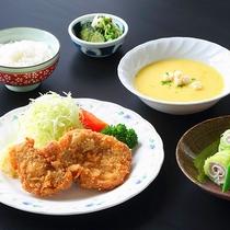 【Bプラン夕食一例】地元食材で作る全7品ほどの定食風のお料理です★