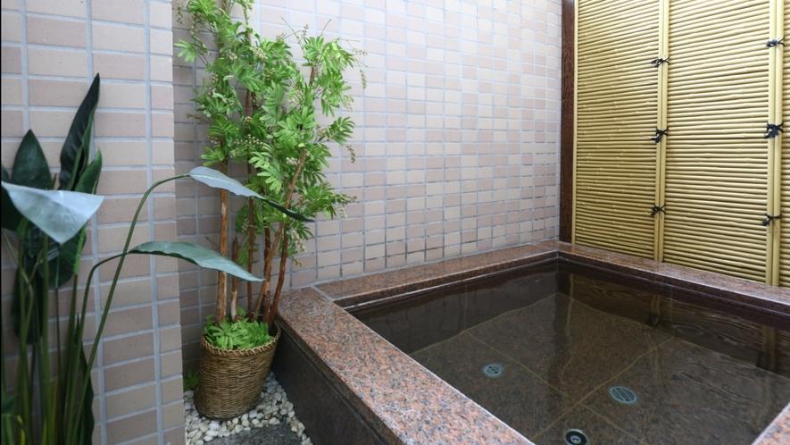 【女性大浴場】半露天風呂。眺望はありませんが、外気と共にリラックス!