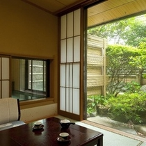 前庭が美しい「椿苑」の客室。奥の小窓は「露天風呂」