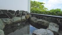 客室露天風呂一例(岩)