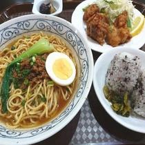 夕食一例(担々麺と特製からあげ定食)