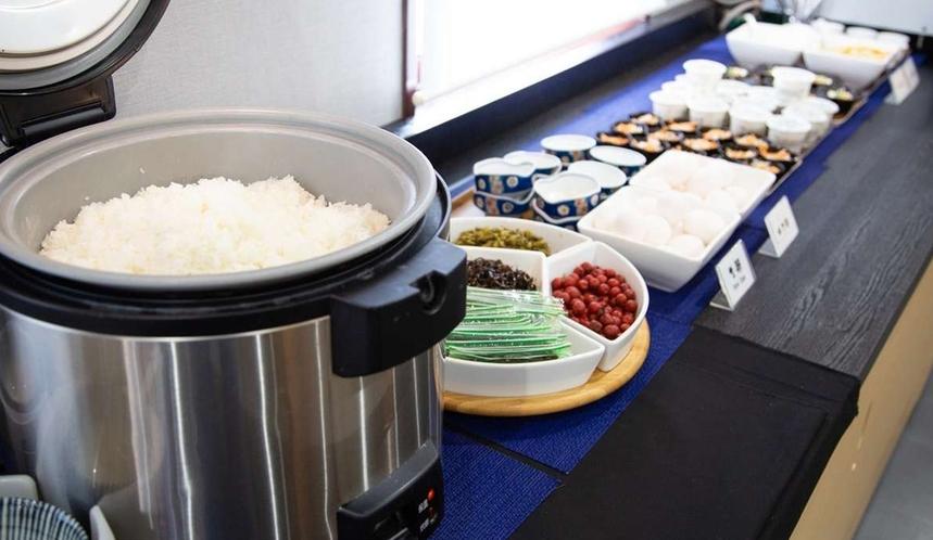 夕食はごはん・味噌汁(汁物)・お漬物おかわり自由となっております!