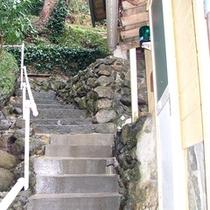 *離れ山荘タイプ/階段を少し上ると離れの玄関がございます。
