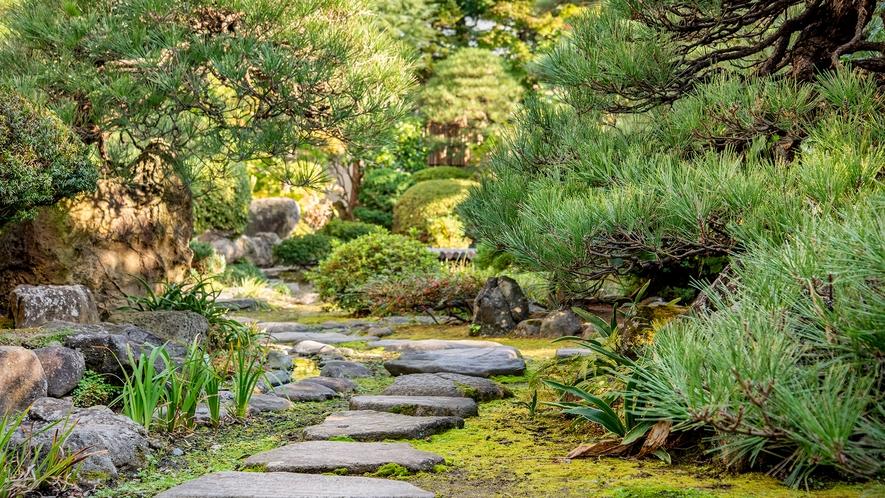 *【日本庭園】館内の中心に広がる日本庭園は四季折々の風景が楽しめます