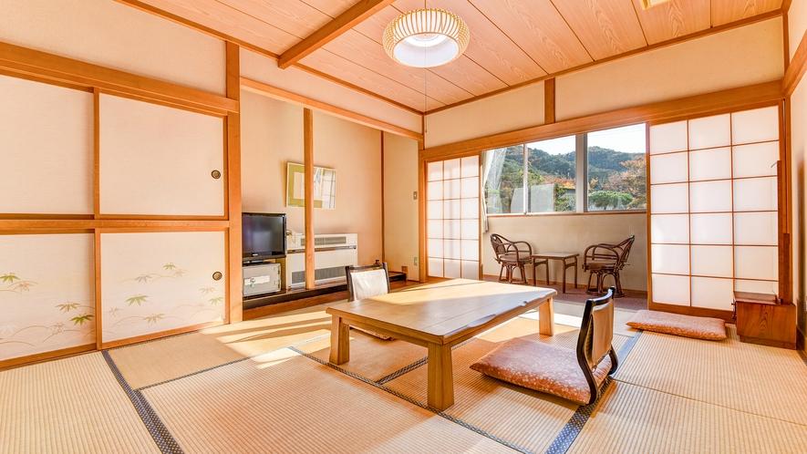 *【庭園側和室10畳】広縁からは当館の庭園や山々の眺望をお楽しみいただけます。