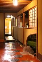 べんがらを塗り込んだ廊下と 中庭