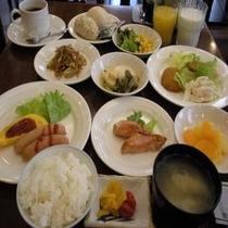 バイキング朝食は毎日朝6:30〜9:00 (写真は一例)