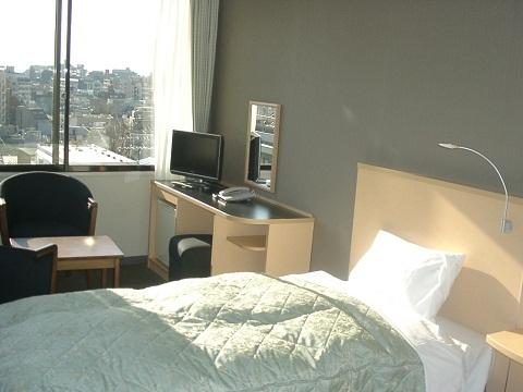 ベージュモチーフの洋室ツイン窓ありのお部屋です。