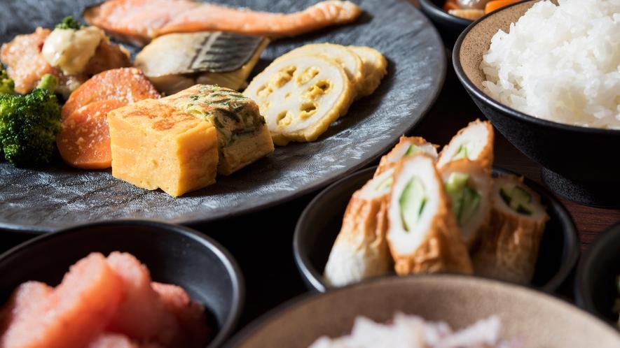 <朝食>糸島産だし巻き玉子、博多がめ煮、明太子など、地元の味覚をお楽しみください