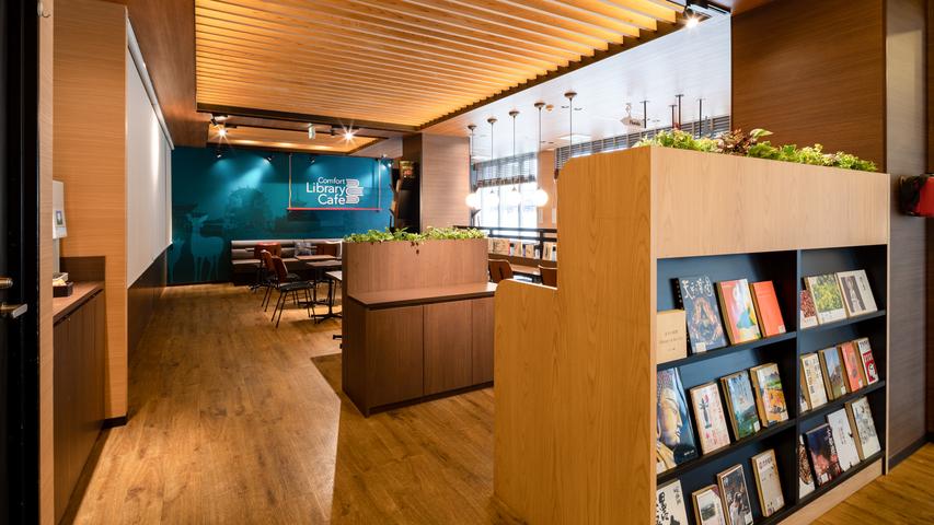 【ライブラリーカフェ】お仕事にも気分転換にも開放的な空間で、思い思いの時間をお過ごしください。