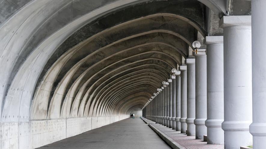 ・今も防波堤ドームとして機能している稚内港北防波堤ドーム。フェリー乗り場に隣接しています