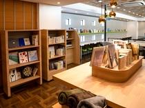 【ライブラリーカフェ】ブックディレクター選書の本は100冊以上ございます。心ゆくまでお読みください