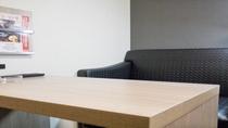 グランドアネックス客室には、ソファとテーブルがございます。お仕事作業や一休みに最適です。