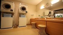 本館男性大浴場脱衣場内には洗濯機及び乾燥機が2台ずつございます。