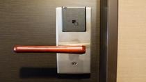 全客室オートロックですので、お出掛けの際にはカードキーはお持ちになって下さいませ。