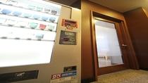 1階にタバコ自動販売機と喫煙スペースがございます(別館は喫煙スペースのみ)