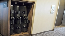 本館・別館各階廊下には、ズボンプレッサーが常設されております。