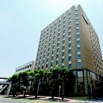 【ホテル外観】沖縄観光やビジネスの拠点に最適な好立地。