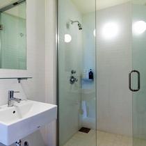 *2ベッドルームデラックスまたはプレミアム室内一例/シャワーブースで1日の疲れをリフレッシュ!