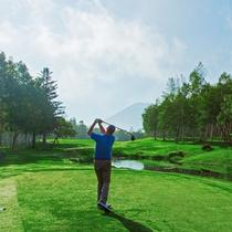 *ゴルフ/夏でも涼しいニセコ。清々しい空気の中でのショットは格別です!