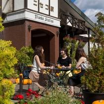 *ニセコ駅・秋イメージ/メルヘンな印象のニセコ駅、写真を撮ったりお茶をしたりにピッタリです♪