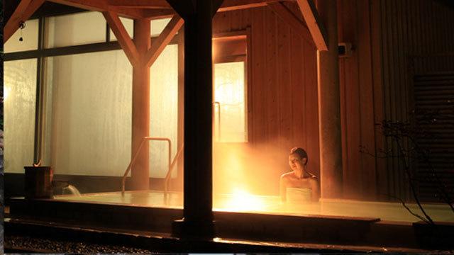露天の「大釈の湯」は、夜間は夜は0時まで、朝は5時30分からご利用可能。