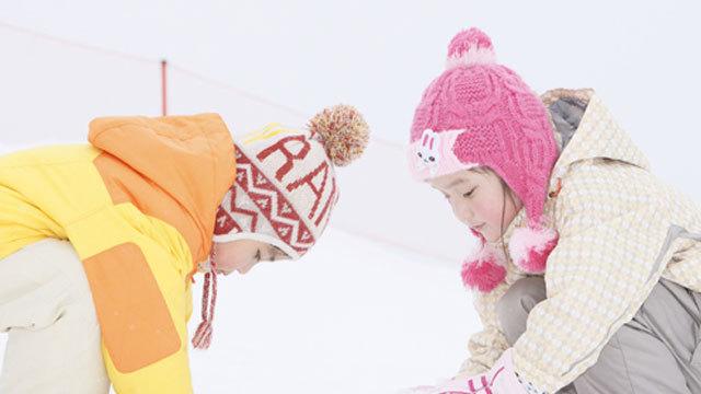 よいしょ、よいしょ、雪だるまをつくろっ♪ 丸く、丸く、ころころころ 楽しいな!