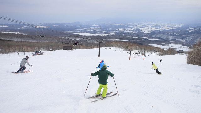 ワイドゲレンデで、思い思いのターンを決めよう!隣接!網張温泉スキー場 徒歩2分のアクセス。