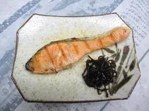 鮭の塩焼き 昆布の佃煮
