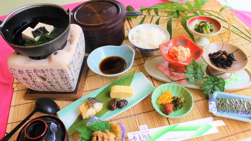 *【朝食】湯豆腐、焼魚、出し巻き卵など、温泉旅館らしい和朝食です。
