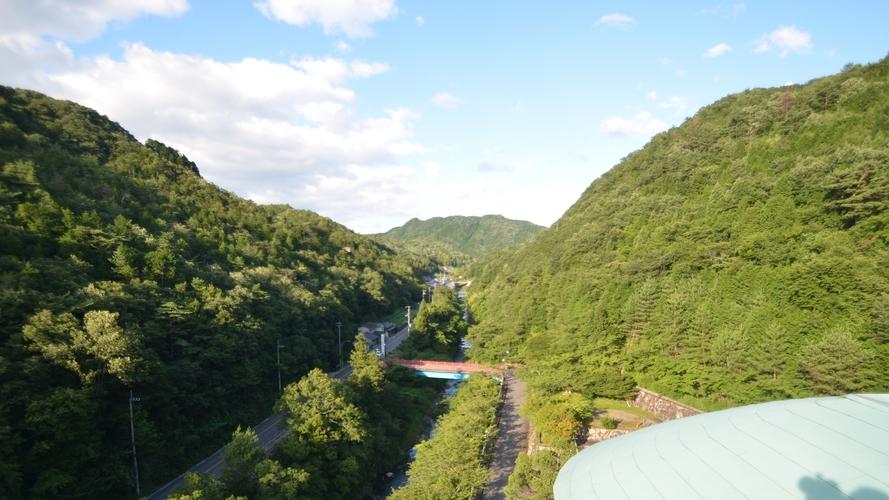 *当館からの眺め。山、川と自然に囲まれています