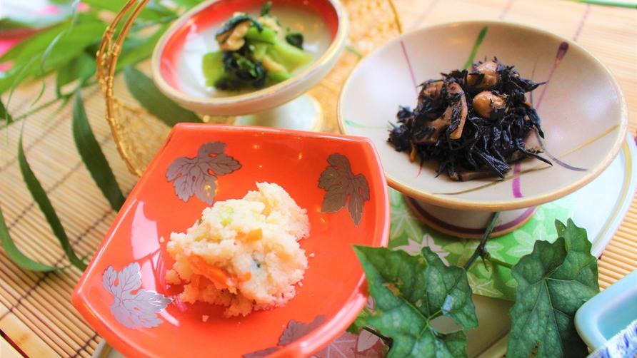 *【朝食】小鉢三品は日によって変わります。