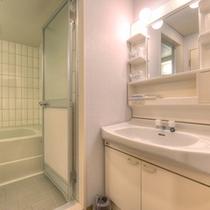 *和室8畳山側(客室一例)/ゆったり広々としたバスルームを完備。源泉の温泉を引いています!