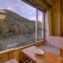 *和室8畳川側(客室一例)/窓際の椅子に腰かけて、四季折々に違う表情を見せてくれる景観に魅せられて。