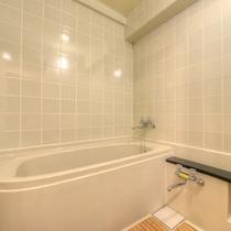 *和室6畳山側(客室一例)/ゆったり広々としたバスルームを完備。源泉の温泉を引いています!