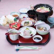 *お夕食一例/季節の旬と地元の食材を活かした和定食料理をお愉しみ下さい。