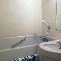 【*洋室ツイン】洋室はユニットバスタイプ。シャワーは温泉をひいています。