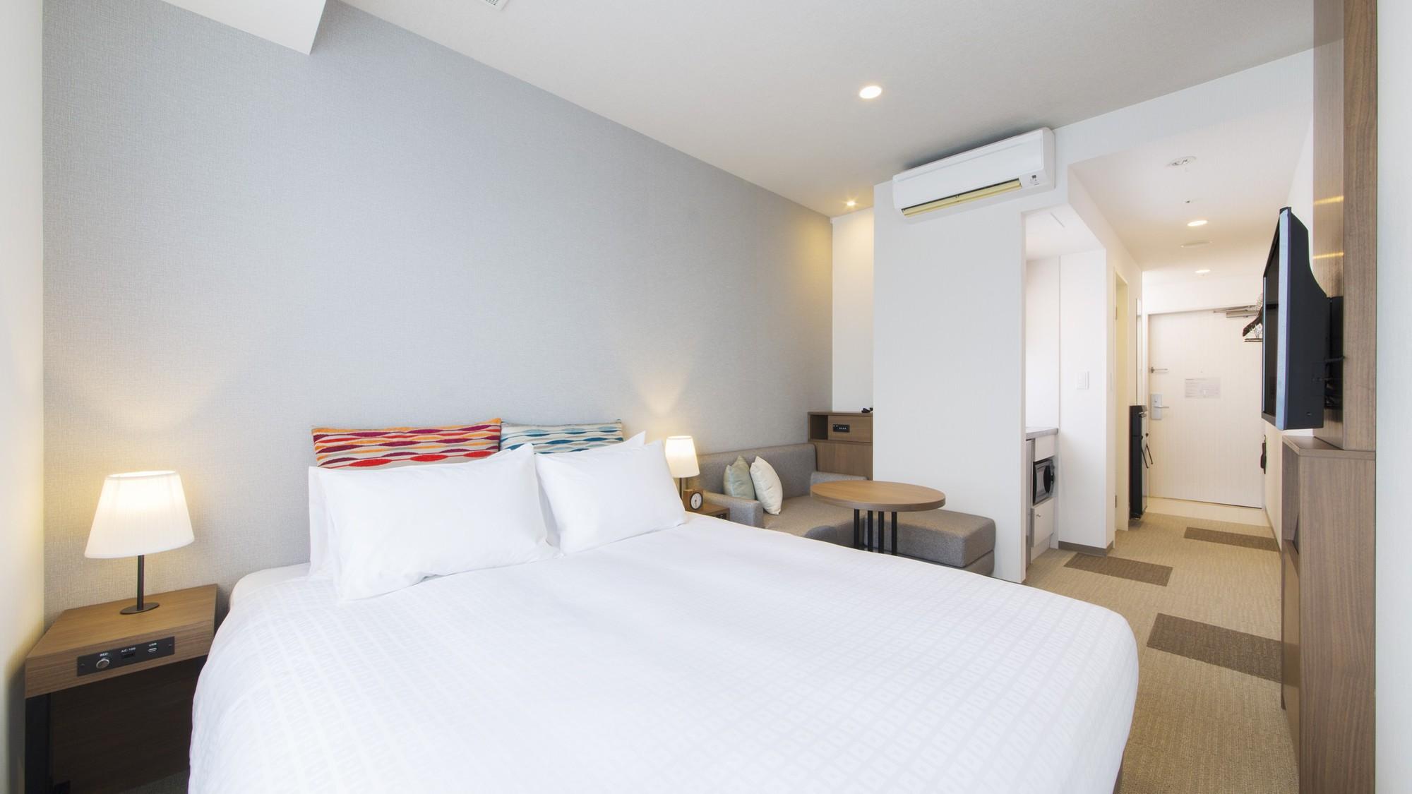 【プレミアダブル】1,600mm幅のベッドがあり、お二人でもゆったりとお泊りいただけます♪