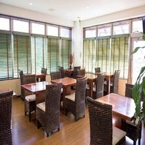 朝食会場も温もりある木のテーブル。朝からゆったりできます。