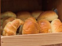 ご飯の他にパンもございます。