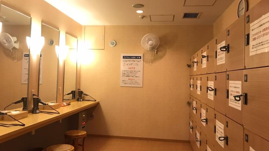 大浴場・脱衣ロッカー(男性)