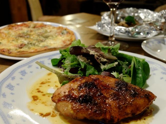 鶏胸肉を特製ダレでつけ込んでから、じっくり焼き上げたローストチキン