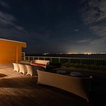 *【ネスト5F-舞空テラス】大阪湾の向こうにかがやく神戸の夜景。明石海峡大橋が見えることも。