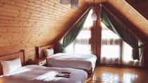 *【ログハウス】木のぬくもりあふれるログハウス。光が差し込む2階の寝室。